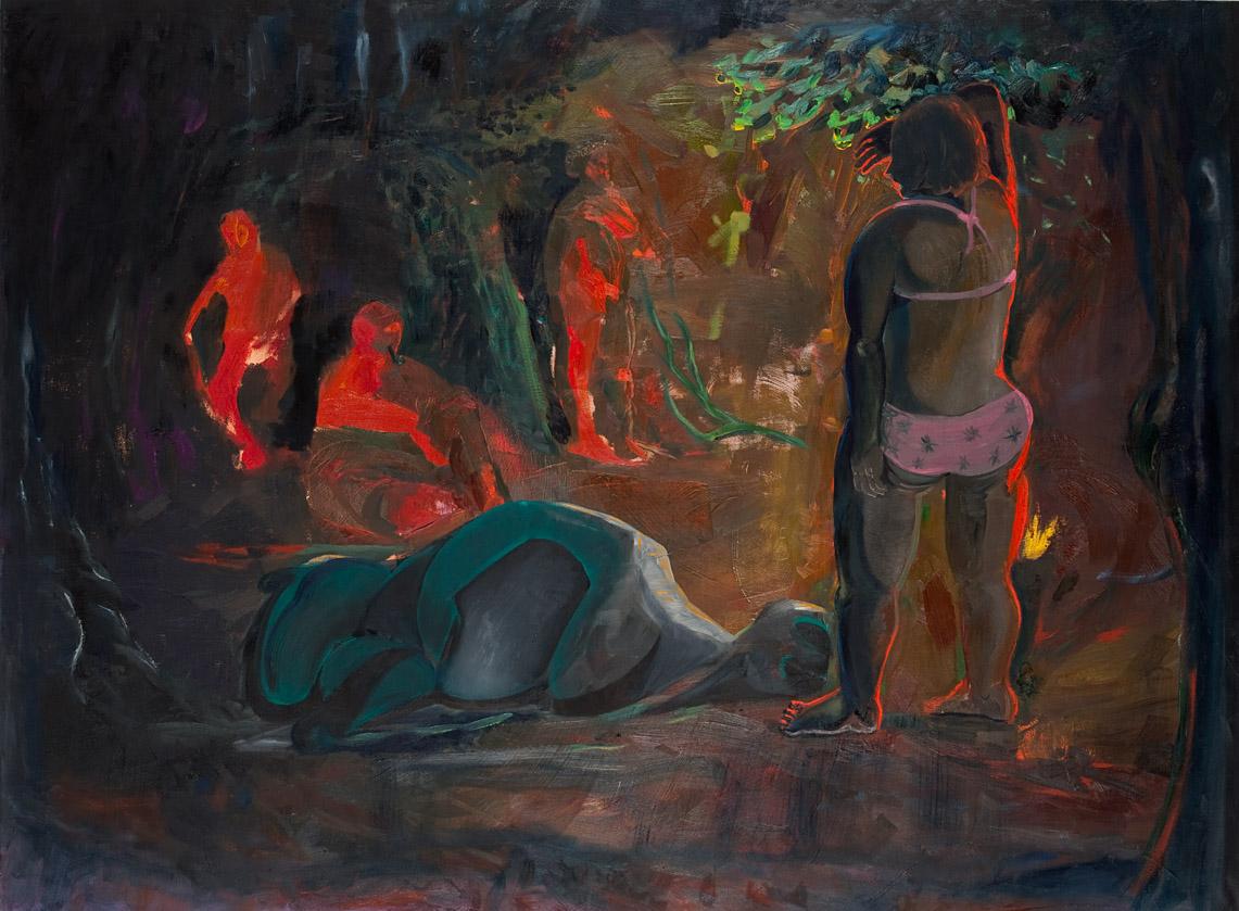 Frau kommt ans Feuer